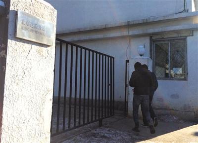 昨日,迷笛学校可随意进入,学校课程照常进行。该校16名学生因吸毒被依法行政拘留。