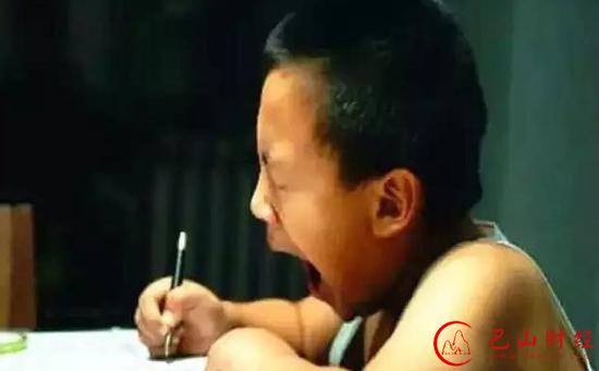 我国中小学生平均每天写作业达3小时,是全球均数的2倍,普遍睡眠不足7小时