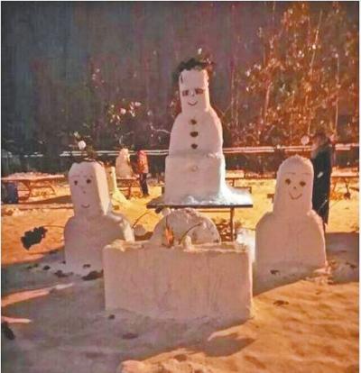大学生叩拜雪人 祈求考试不挂科