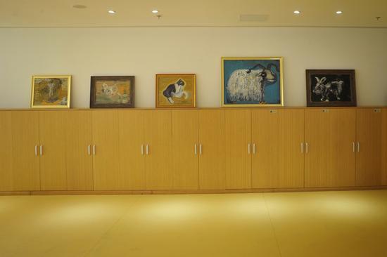 孩子们更换衣服的柜子上也满满是艺术家的作品