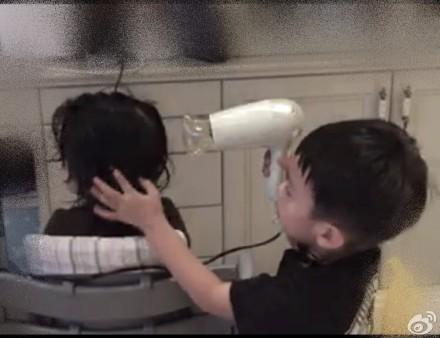 孙俪在微博中晒出的等等为小花妹妹吹头发