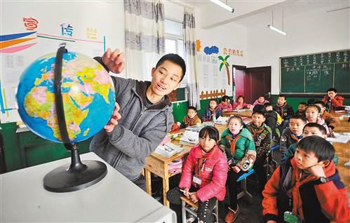 12月17日,万盛经开区关坝小学,支教老师在给孩子们上地理课。记者 梅垠 摄