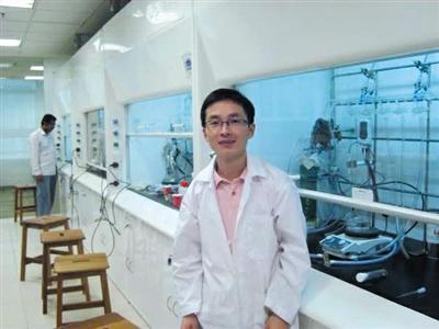 2010年8月,孟祥见在新加坡南洋理工大学的实验室内留影。