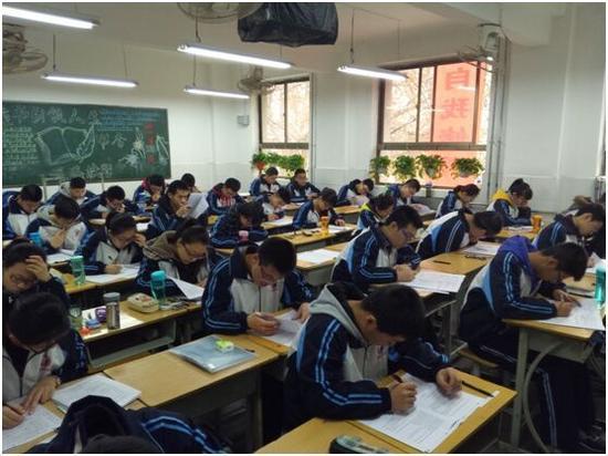 学生现场考试认真答题