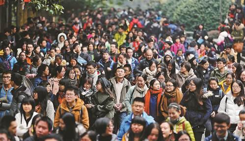 2016年12月27日,浩浩荡荡的考研大军走出考场。 记者 罗斌 摄