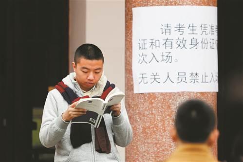 候考间隙,考生在紧张备考。 记者 罗斌 摄