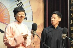 央视春晚零点后现新面孔 清华博士说相声