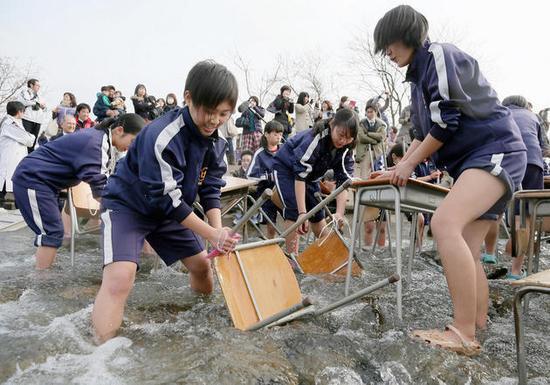 日本初中生冰冷河水中v河水初中(图)沧州课桌好图片