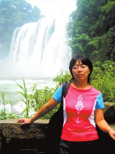 生物老师王娜在山区学校王平中学工作了17年。