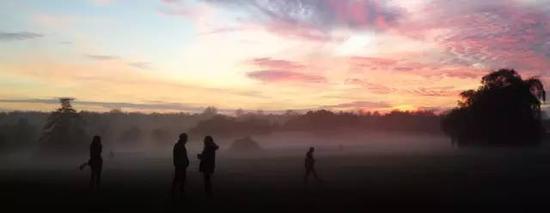 有人说我的大学最壮观的景象是金字塔式的宿舍 但我觉得深秋时浓雾+晚霞的画面才最醉人