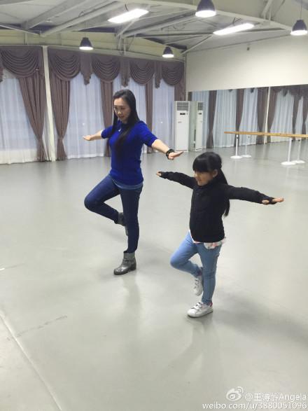 王诗龄晒出其跟世界冠军学习滑冰
