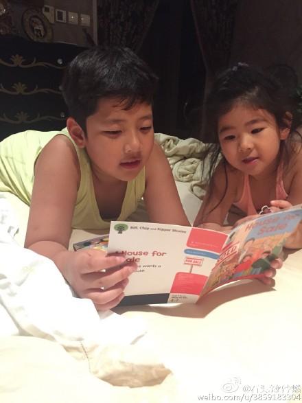 石头给妹妹晚上读英语故事书