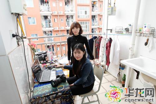 周雅如(前)和熊秋月的摄影工作室开在了女生寝室阳台上。