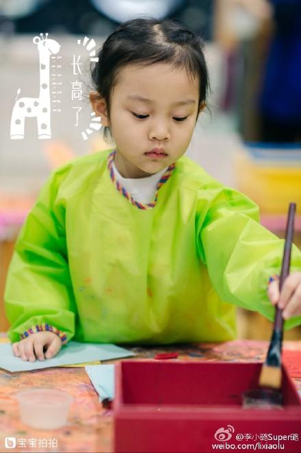 妈妈李小璐在微博晒出甜馨画画的照片