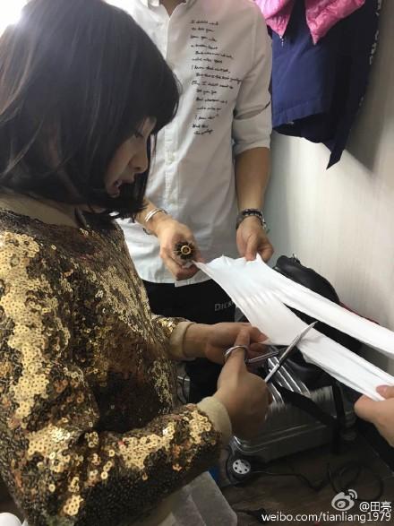 田亮在微博晒出 女儿森碟裁剪衣服