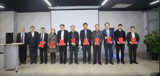 清华大学副校长杨斌为导师办法聘书。