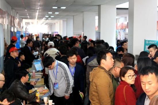 > 正文        3月19日,燕京理工学院举行2016年毕业生大型春季校园