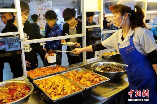 图为水果菜受到众多学生热捧。