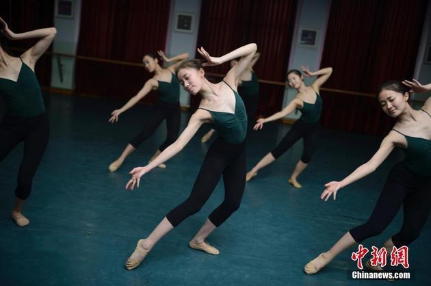 20岁艺术学院小时每天练舞超过6女生(图)校服照片女生图片