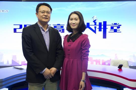中国科学院大学招生与学位部部长袁增强(左)做客新浪