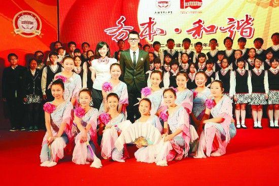 胡歌到母校主持校庆典礼。上海市二中学供图