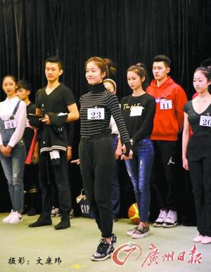 昨日公布的中戏艺考成绩中,张雪迎(中)以专业成绩115.2的高分位列第一名。