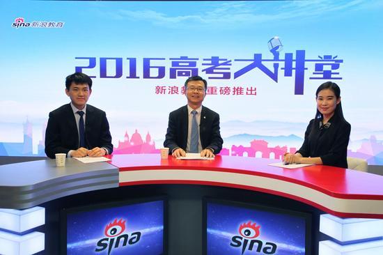 香港浸会大学2014年毕业生袁伟航(左一)、香港浸会大学教务长苏国生(左二)做客新浪