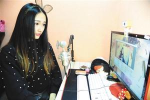 """3月10日下午,江苏太仓一家娱乐传媒公司里,网络女主播""""兔子""""在网络前直播。图/CFP"""