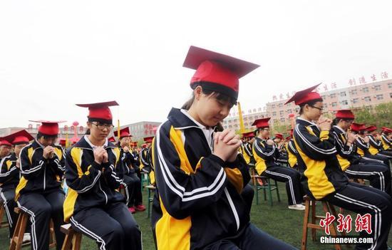 学生默默许下成人心愿。