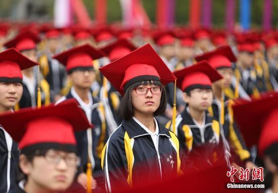 图为成人礼上,学生进行成人宣誓。