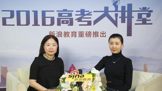 香港城市大学环球事务处副处长卓燕(左)