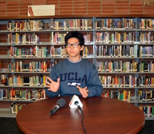 美国亚凯迪亚高中华裔毕业生赵菲勒,介绍荣获盖茨千年奖学金50万美元的体验。(美国《世界日报》/丁曙 摄)