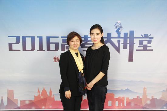 香港教育学院大中华事务处的何静老师(左)