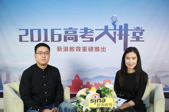 北京语言大学招生办王悦(左)