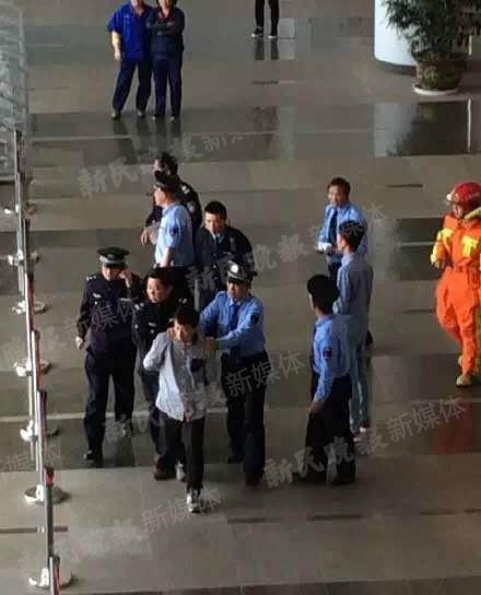 图说:事发后,公安机关抓捕行凶男子。
