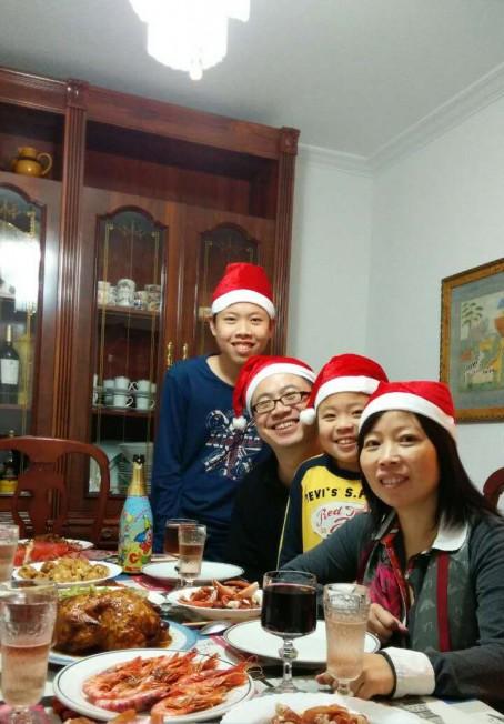 来自西班牙的陈月华(右)为帮助长子(左)实现进入伯克利加大,只身带着长子及幼子(右二)来美国做生意,与丈夫朱冰(左二)暂时小别。这是去年圣诞节她与两子返回西班家住家过年的甜蜜时光。(美国《世界日报》)