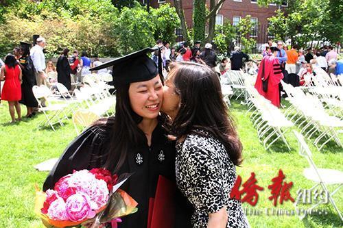 妈妈贺女儿哈佛毕业。(美国《侨报》)
