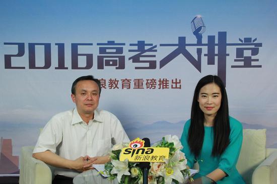 北京信息科技大学招生就业处副处长刘斌(左)