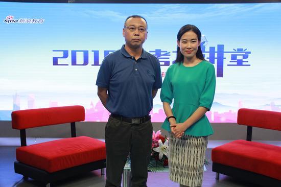 四川大学招生就业处副处长金永东(左)
