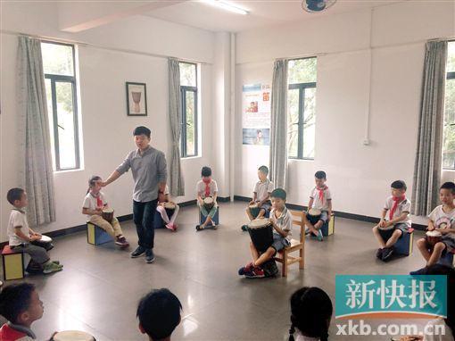 民办小学少年宫的非洲鼓课程上,音乐老师李辉正在给一年级学生讲授非洲鼓的打击技巧。