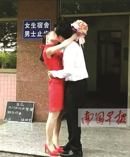 男女主角在女生宿舍前拥吻。 网络图片