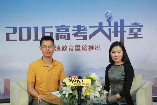 中南大学招生办公室吴末生(左)