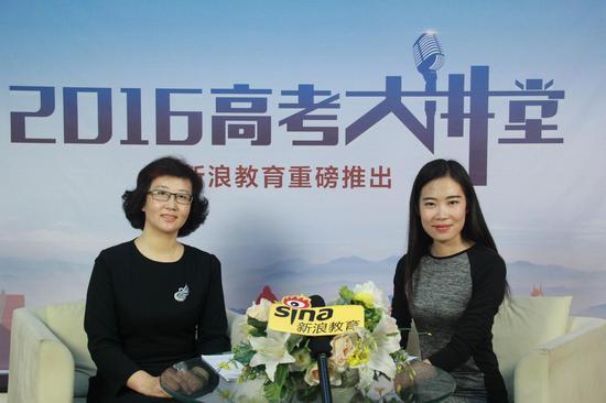 长安大学的招生办公室主任丁珊(左)