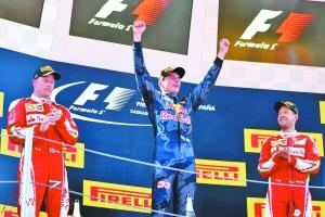 年仅18岁的荷兰车手小维斯塔潘登上F1颁奖台最高处。