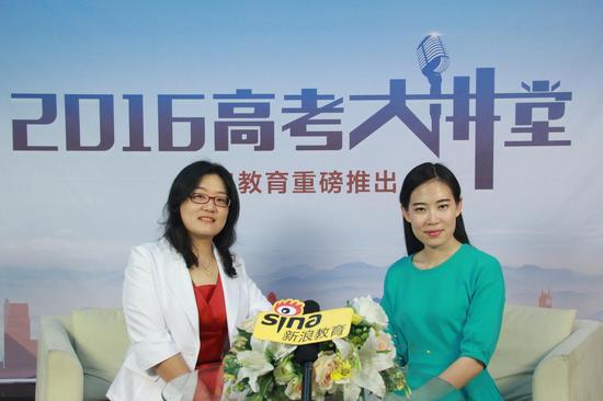 北京联合大学招生就业处副处长鲍桂莲(左)