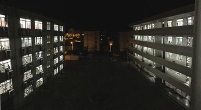 夜晚,毛坦厂中学教学楼灯火通明