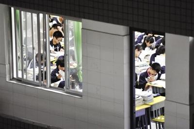 夜晚的教室里,学生们埋头苦读