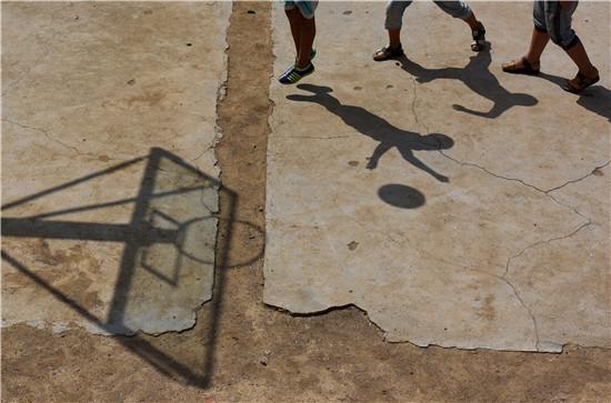 安徽肥东县大陆小学,参加体育运动也是很多农村孩子的梦想,但因为条件简陋或者缺乏老师,很多时候只能自己玩。视觉中国供图(资料图片)