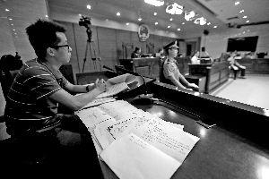 王某(左一)诉称北京邮电大学的决定程序违法