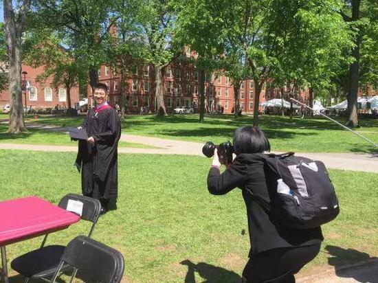 一位毕业于人大附中和北大的哈佛研究生在校园中拍照